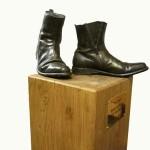 'These boots are made for walking'- Het beeld van de schoenen (privé bezit in Eindhoven)  bestaande schoenen afgegoten in brons, op eiken sokkel, 2010